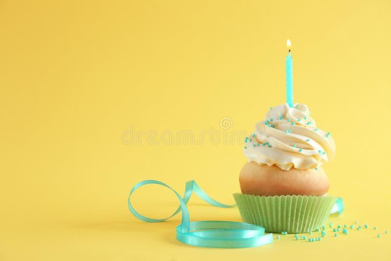 Verjaardag cupcake met kaars stock fotografie