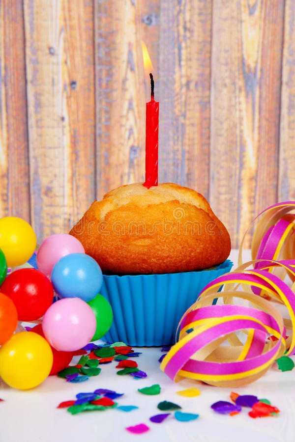 Verjaardag cupcake met kaars stock foto