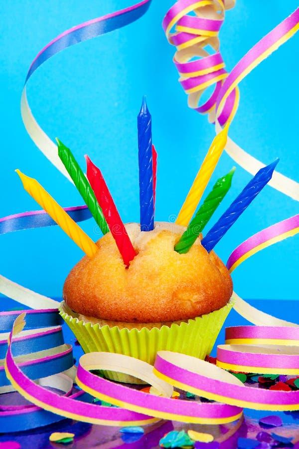 Verjaardag cupcake met veel kaarsen royalty-vrije stock foto's