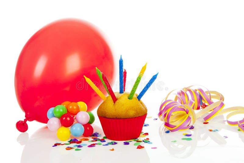 Verjaardag cupcake met veel kaarsen royalty-vrije stock afbeelding