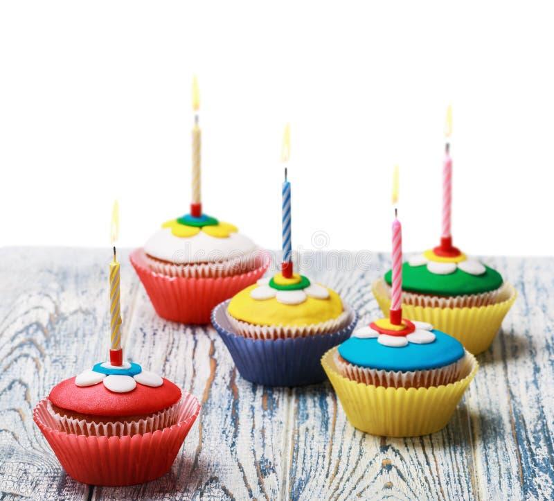 Verjaardag cupcakes met het branden van kaarsen op wit stock foto