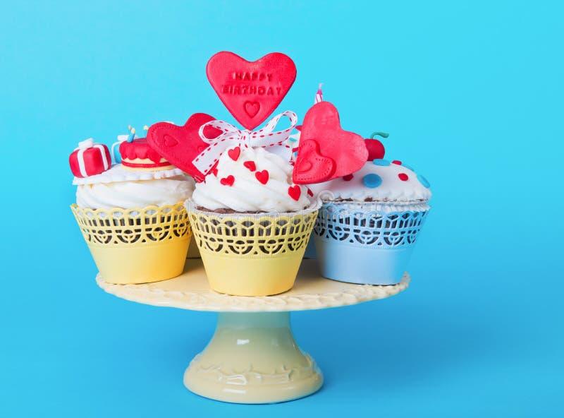 Verjaardag cupcakes op een dienende plaat stock afbeeldingen