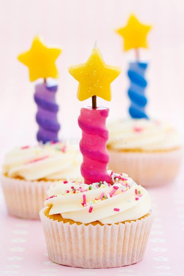 Verjaardag drie cupcakes stock foto