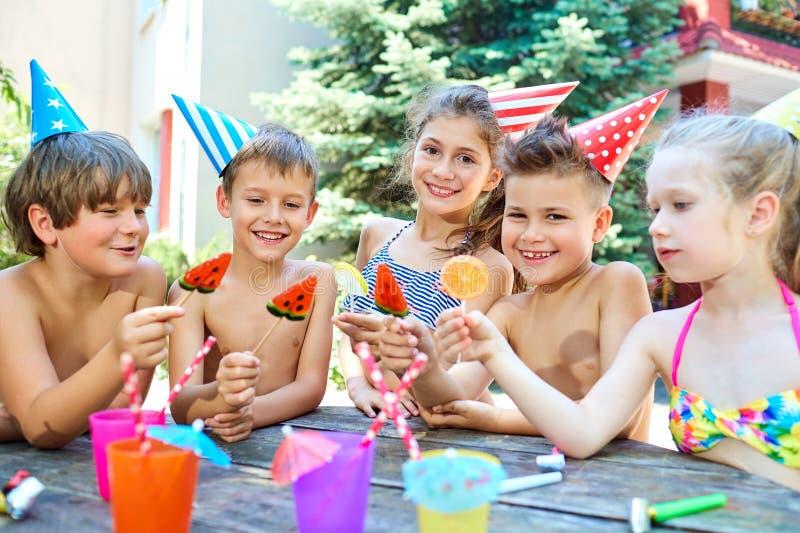 Verjaardag Gelukkige kinderen in hoeden met suikergoed royalty-vrije stock fotografie