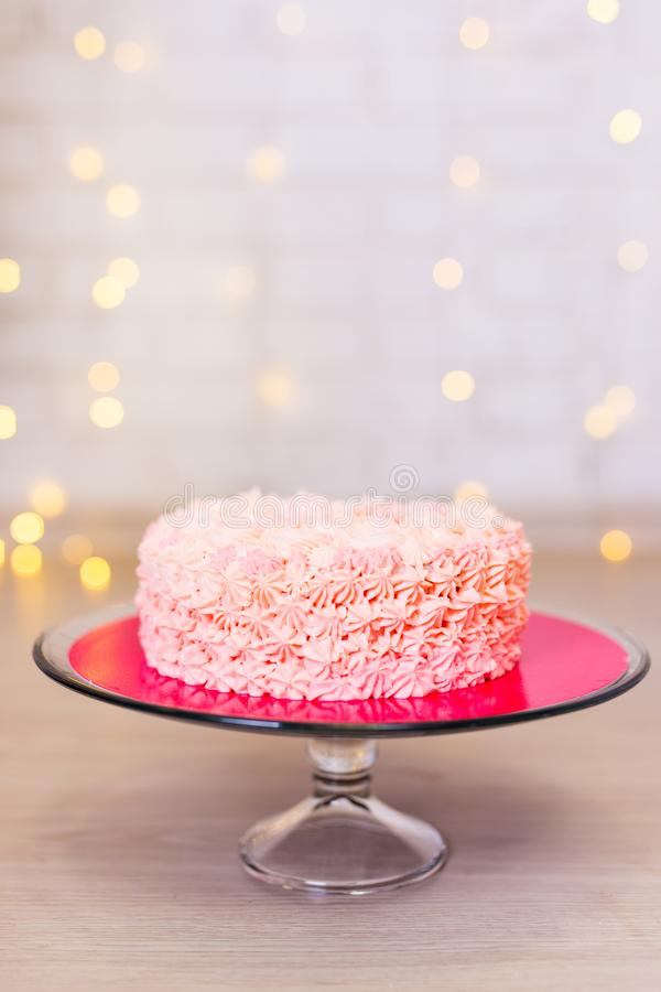 Verjaardag of verjaardagsconcept - roze cake over baksteen backgroun stock fotografie
