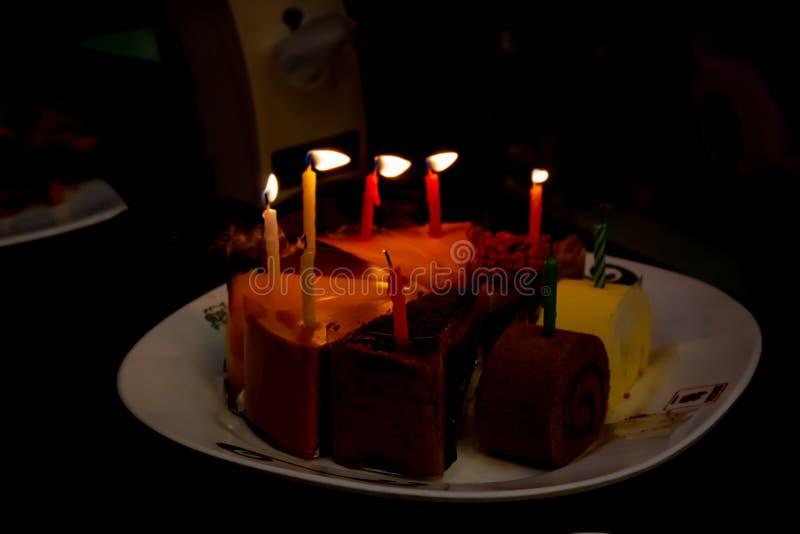 Verjaardagscake, besnoeiing in smakelijke driehoeken royalty-vrije stock foto's