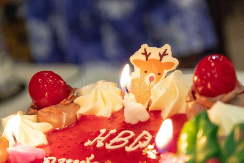 Verjaardagscake bij Kaarslicht royalty-vrije stock foto's