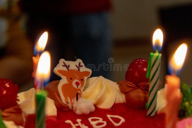 Verjaardagscake bij Kaarslicht stock foto