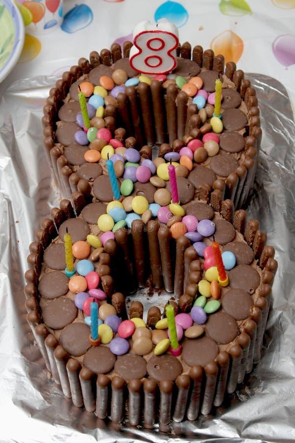 Verjaardagscake in de vorm van een aantal acht, van chocolat wordt gemaakt die stock foto's
