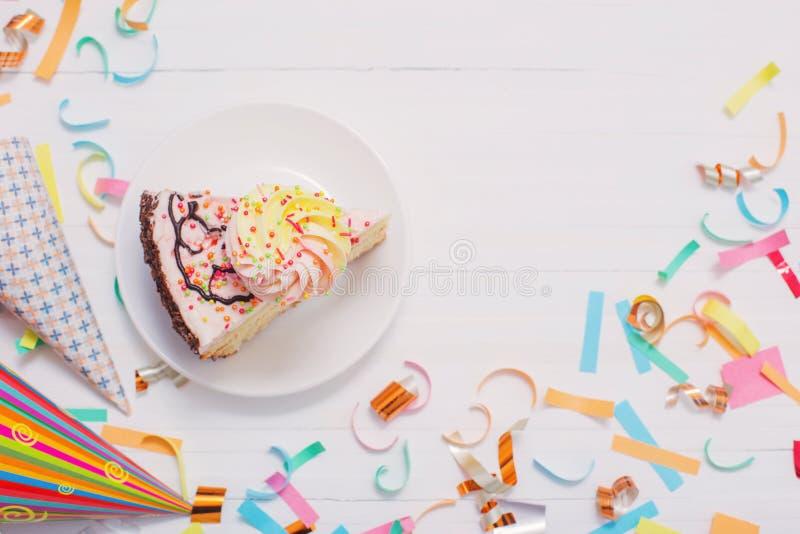 Verjaardagscake en decoratie op houten achtergrond stock afbeelding