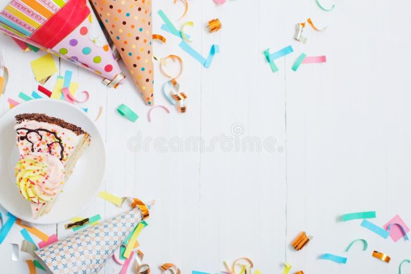 Verjaardagscake en decoratie op houten achtergrond stock fotografie