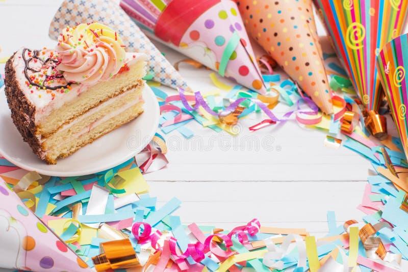 Verjaardagscake en decoratie op witte achtergrond royalty-vrije stock foto