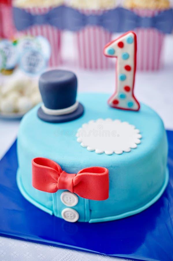 Verjaardagscake met aantal hierboven op de lijst stock afbeelding