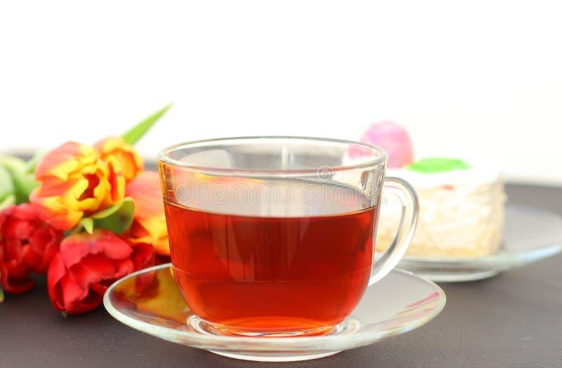 Verjaardagscake met een Kop thee en een Tulpenbloem stock fotografie