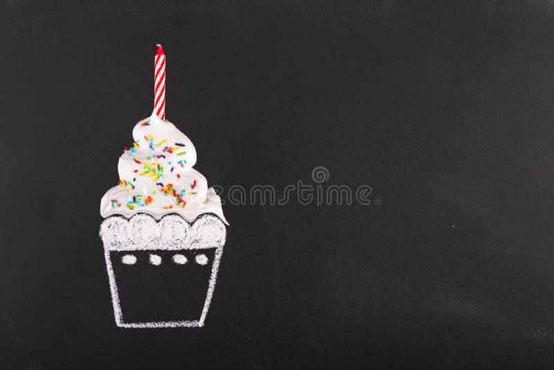 Verjaardagscake op zwart bord getrokken kop stock foto