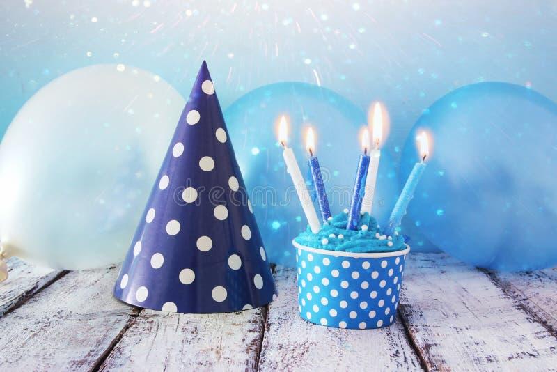Verjaardagsconcept met cupcake en kaarsen op houten lijst royalty-vrije stock foto
