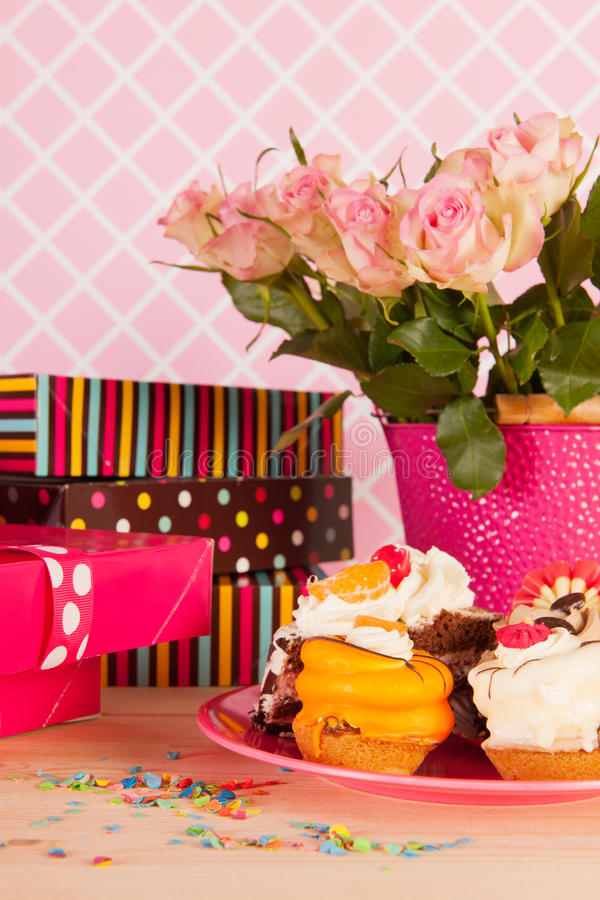 Verjaardagsgeschenk en buitensporige cakes stock afbeeldingen