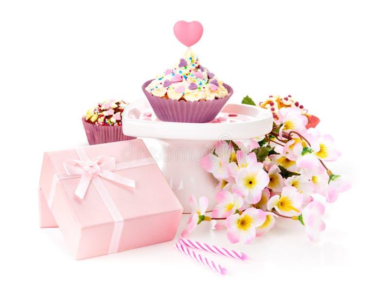Download Verjaardagsgeschenk Op Witte Achtergrond Stock Afbeelding - Afbeelding bestaande uit viering, gift: 29500867
