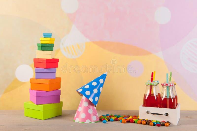 Verjaardagspartij met giftenhoeden en limonade royalty-vrije stock foto