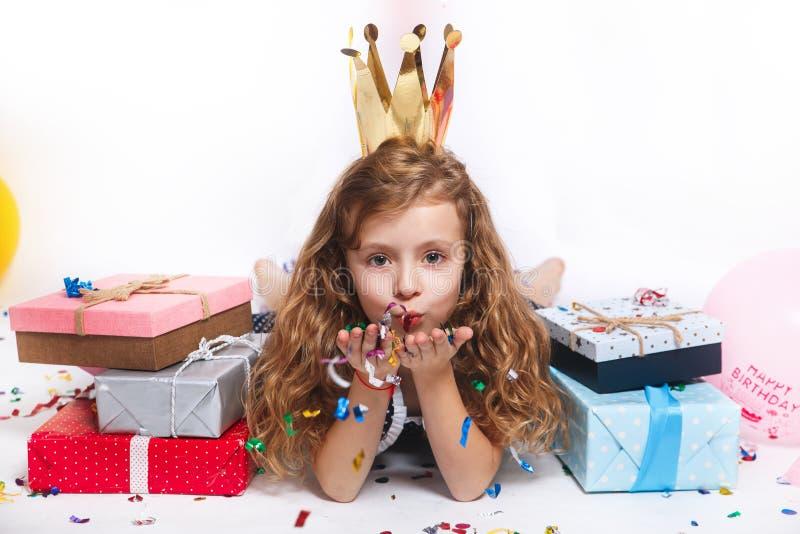 Verjaardagspartij voor leuk kind Kleurrijke confettien blazen en meisje die gelukkig op verjaardagspartij kijken royalty-vrije stock foto
