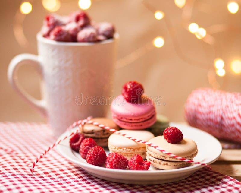 Verjaardagsverrassing: Franse dessertmakarons met framboos royalty-vrije stock fotografie