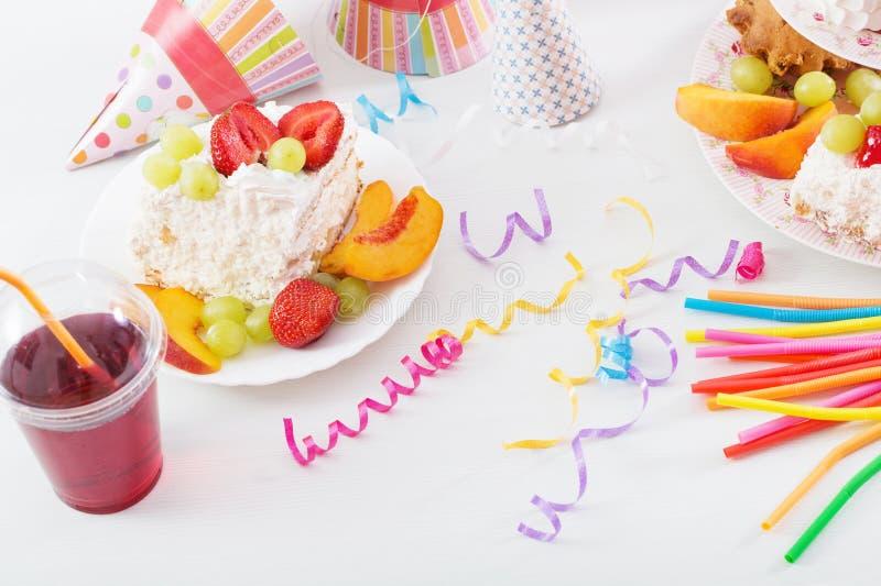 Verjaardagsviering met cake stock afbeelding