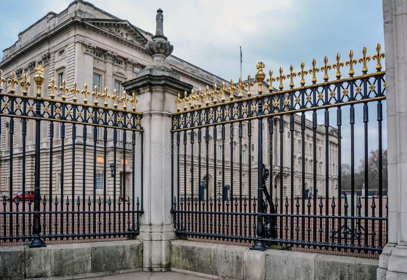 Verjas fuera del Buckingham Palace fotos de archivo