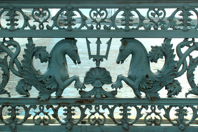 Verjas viejas del metal del puente del anuncio en St Petersburg, Rusia fotografía de archivo