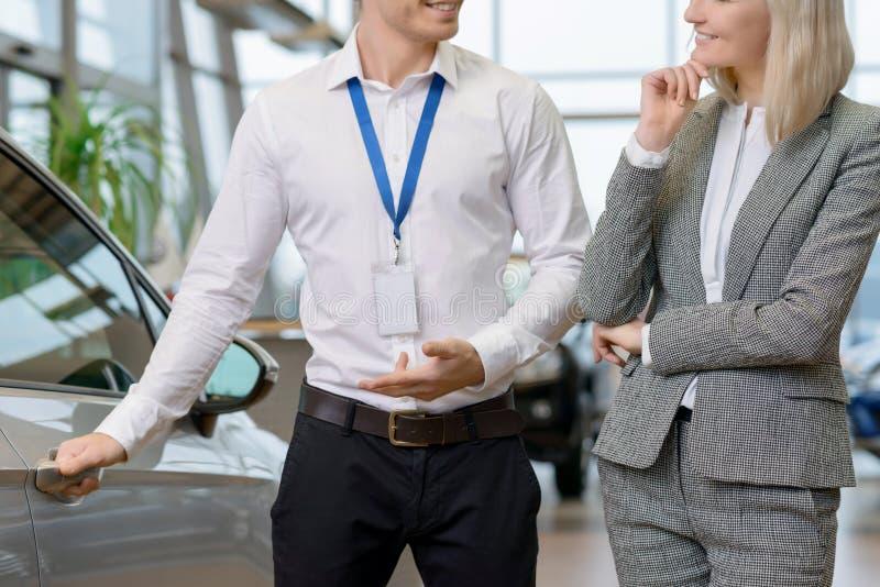 Verkäufer bietet seine Dienstleistungen an lizenzfreies stockbild