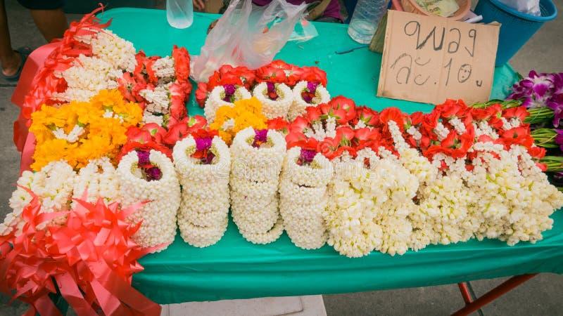 Verkäufer, der Arteinheimischmarkt der Blumengirlande thailändischen verkauft stockbild
