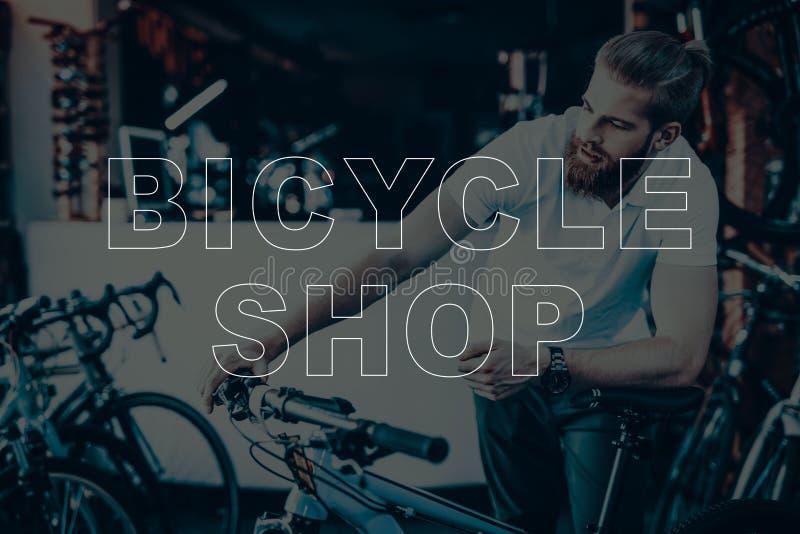 Verkäufer, der die Fahrradlenkstangen hält stockfoto