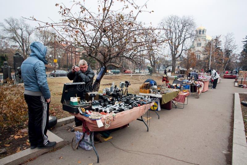 Verkäufer der FreilichtFlohmarkts stockfotografie