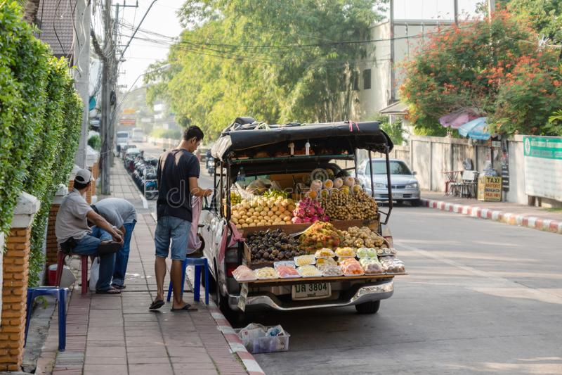 Verkäufer der frischen Frucht bereiten vor sich, auf einer Straße in Pattaya früh morgens zu handeln lizenzfreie stockfotos