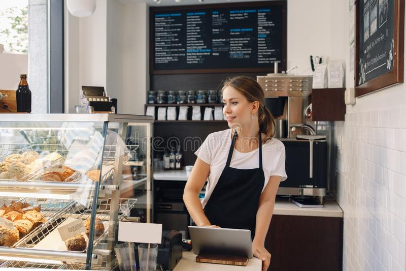 Verkäufer, der Notenauflage für das Annehmen von Kundenkundenzahlung verwendet lizenzfreie stockfotos