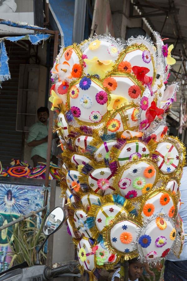 Verkäufer, der Regenschirm verkauft, damit eifrige Anhänger hindischen Gott Ganesh am lokalen Markt am ersten Tag von Ganesh segn stockbilder