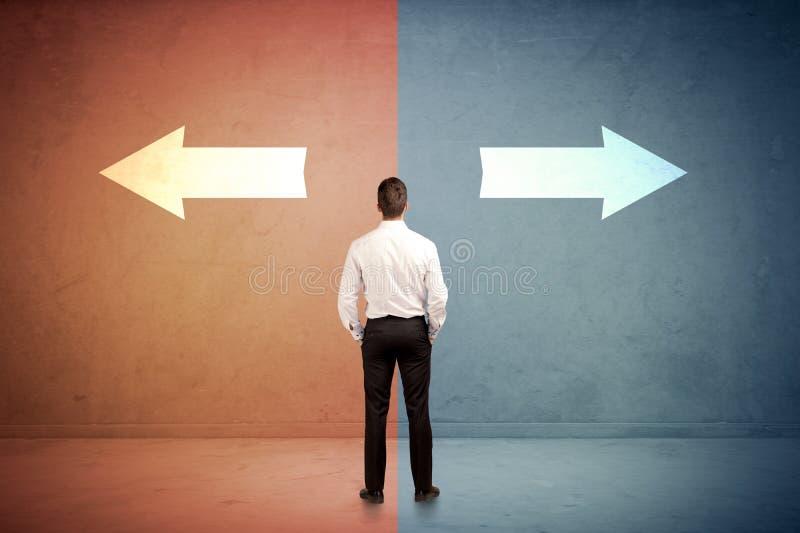 Verkäufer, der vor zwei Pfeilen auf blauem und rotem backgro steht stockfotos