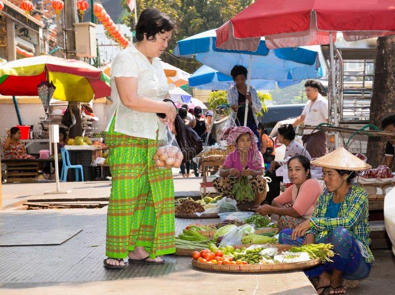 Verkäufer mit rohen Grüns auf dem Straße msarket, Rangun, Myanmar lizenzfreie stockfotos