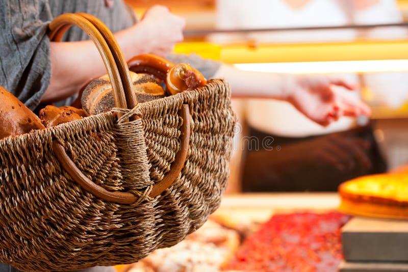 Verkäufer mit weiblichem Abnehmer in der Bäckerei lizenzfreies stockbild