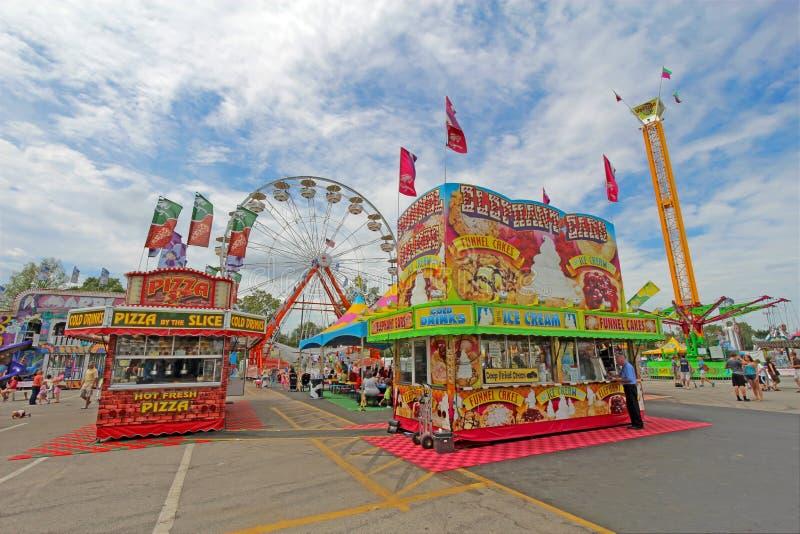 Verkäufer und Fahrten auf die Mitte bei Indiana State Fair stockbild