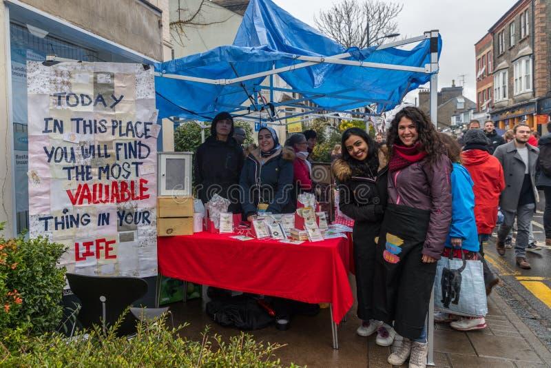 Verkäufer und foodie teilnehmende Cambridge-Mühlstraßen-Winter-Messe 2018 stockfotos