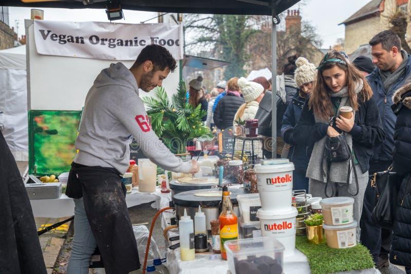 Verkäufer und foodie teilnehmende Cambridge-Mühlstraßen-Winter-Messe 2018 lizenzfreies stockbild