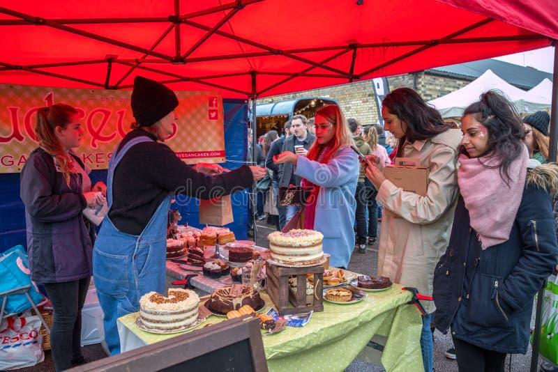 Verkäufer und foodie teilnehmende Cambridge-Mühlstraßen-Winter-Messe 2018 stockfotografie