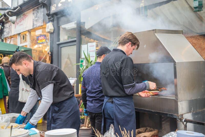 Verkäufer und foodie teilnehmende Cambridge-Mühlstraßen-Winter-Messe 2018 lizenzfreie stockfotografie