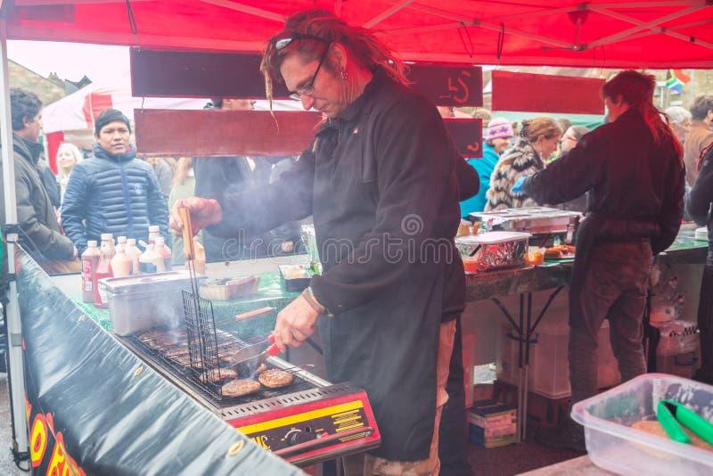 Verkäufer und foodie teilnehmende Cambridge-Mühlstraßen-Winter-Messe 2018 stockbild