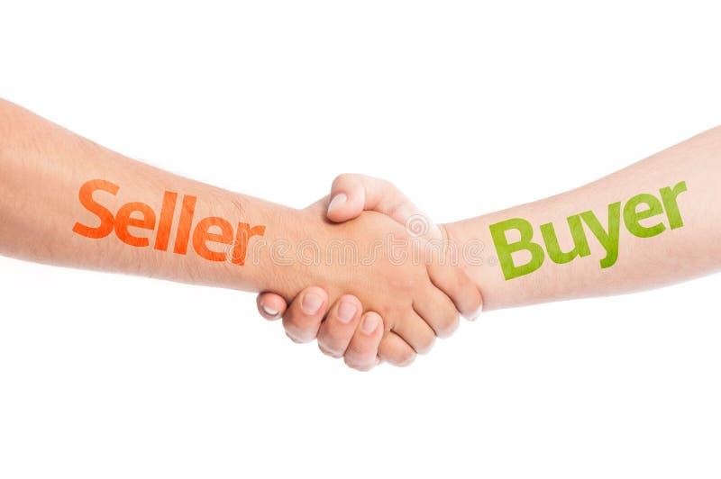 Verkäufer und Käufer, die Hände rütteln stockbilder