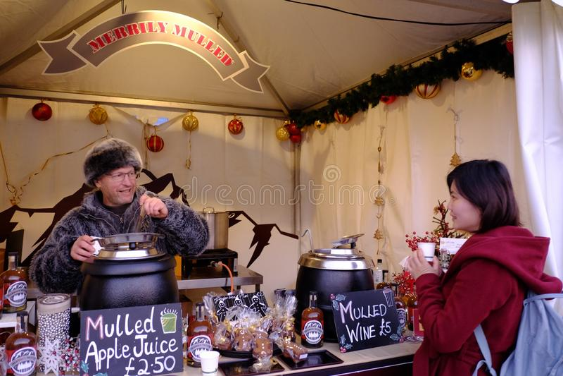 Verkäufer und Kunde einer Muller-Weinhandlung auf Greenwich-Markt lizenzfreie stockfotografie