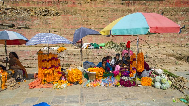 Verkäufer verkaufen Girlande, Blumenmädchen, nach Erdbeben, Kathmandu, Nepal lizenzfreies stockfoto