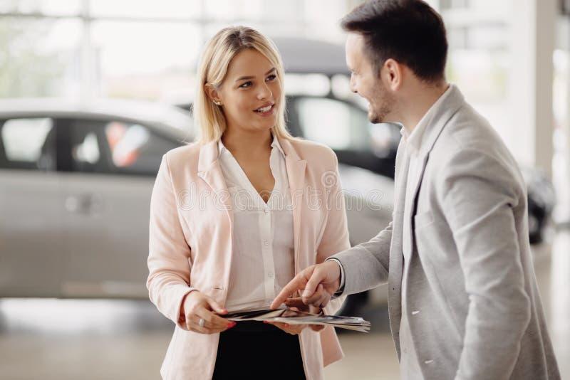 Verkäufer workin am Auto-Vertragshändler lizenzfreies stockfoto