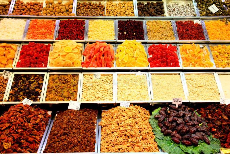Verkäuferbildschirmanzeige an einem Landwirt Markt in Barcelona lizenzfreie stockfotografie