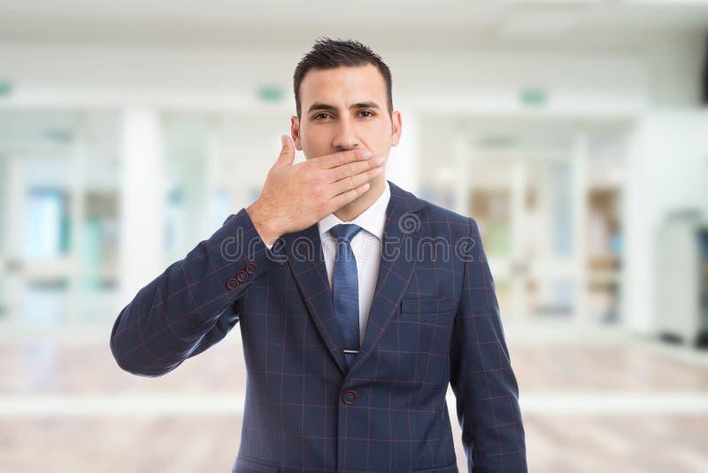 Verkäufergrundstücksmakler oder -Immobilienagentur, die seinen Mund bedecken lizenzfreie stockbilder